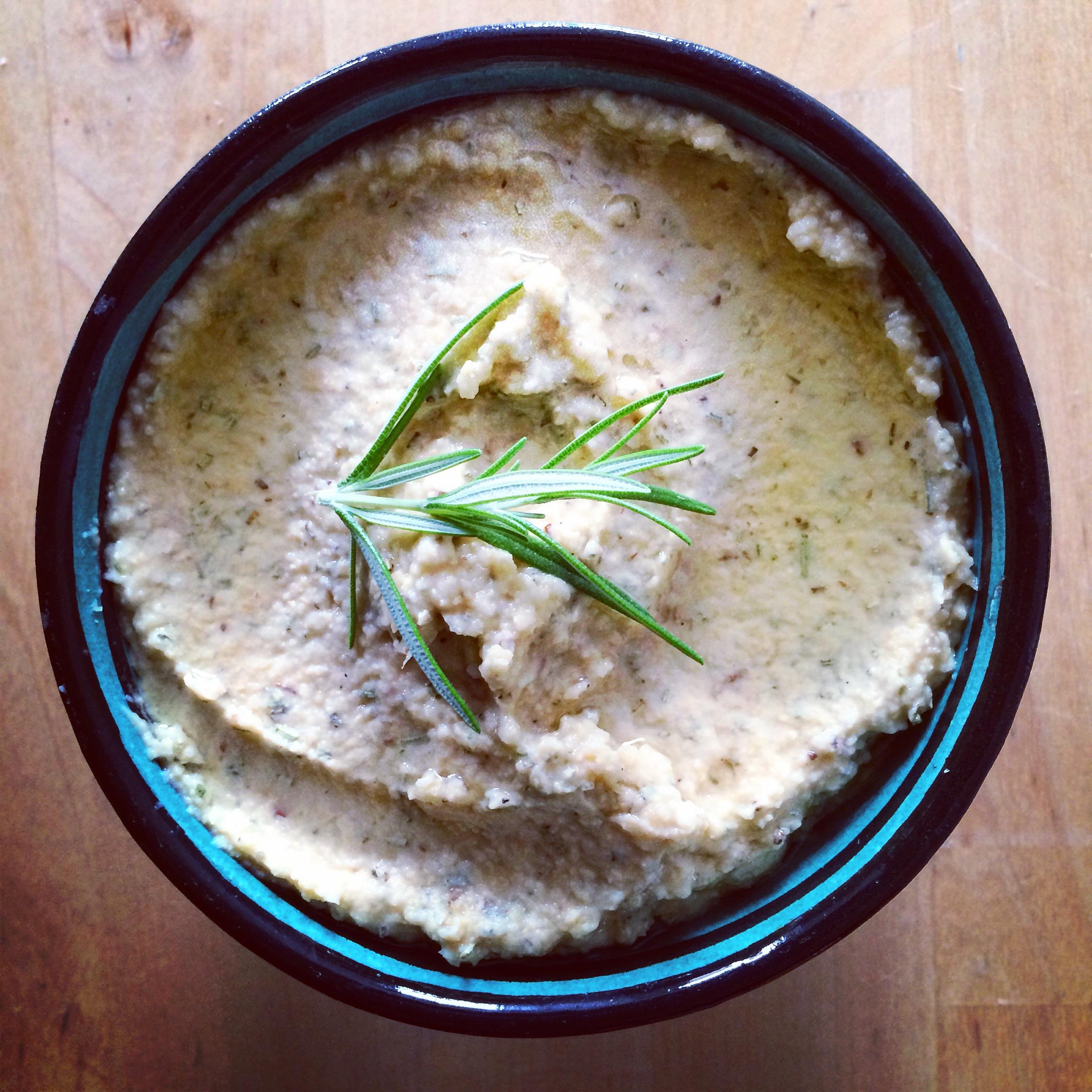 Hummus met knoflook en rozemarijn