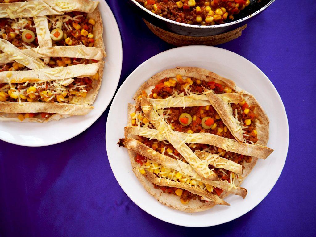 vegetarische mummie pizza van tortilla's | HALLOWEEN