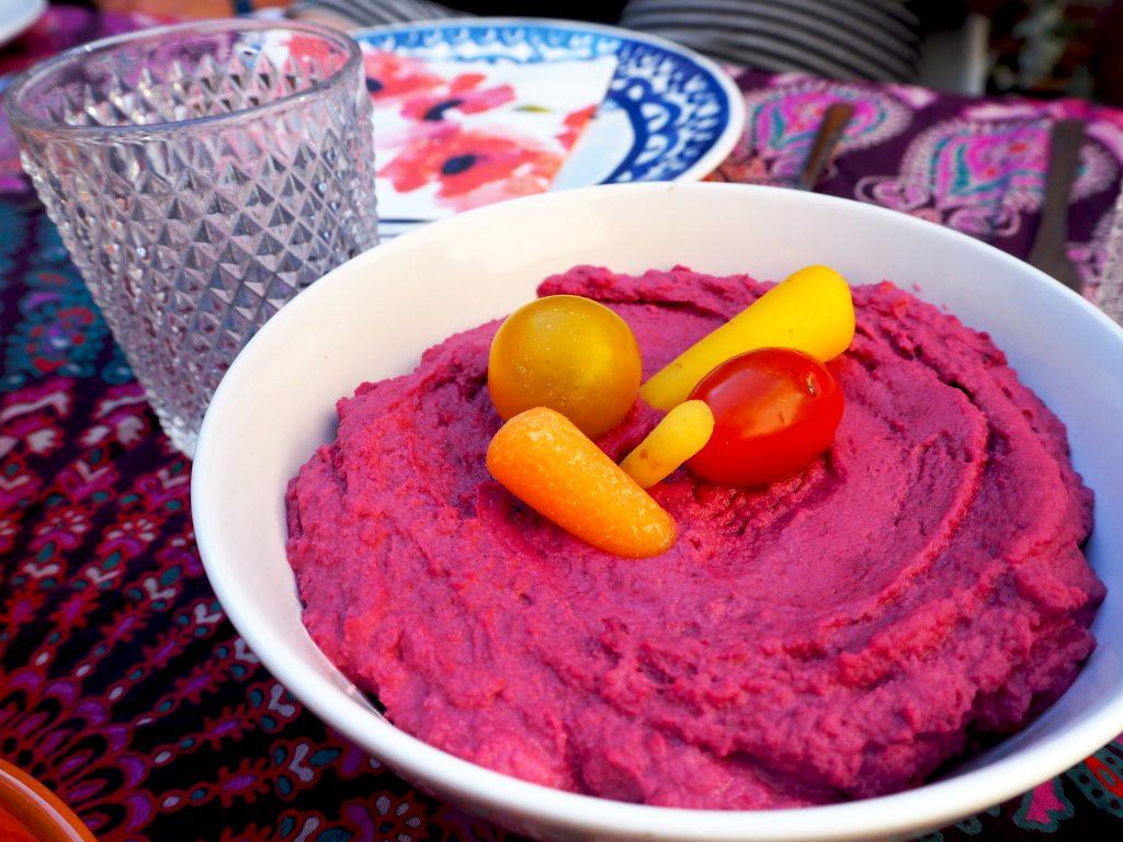 zomertip: roze hummus met rode biet