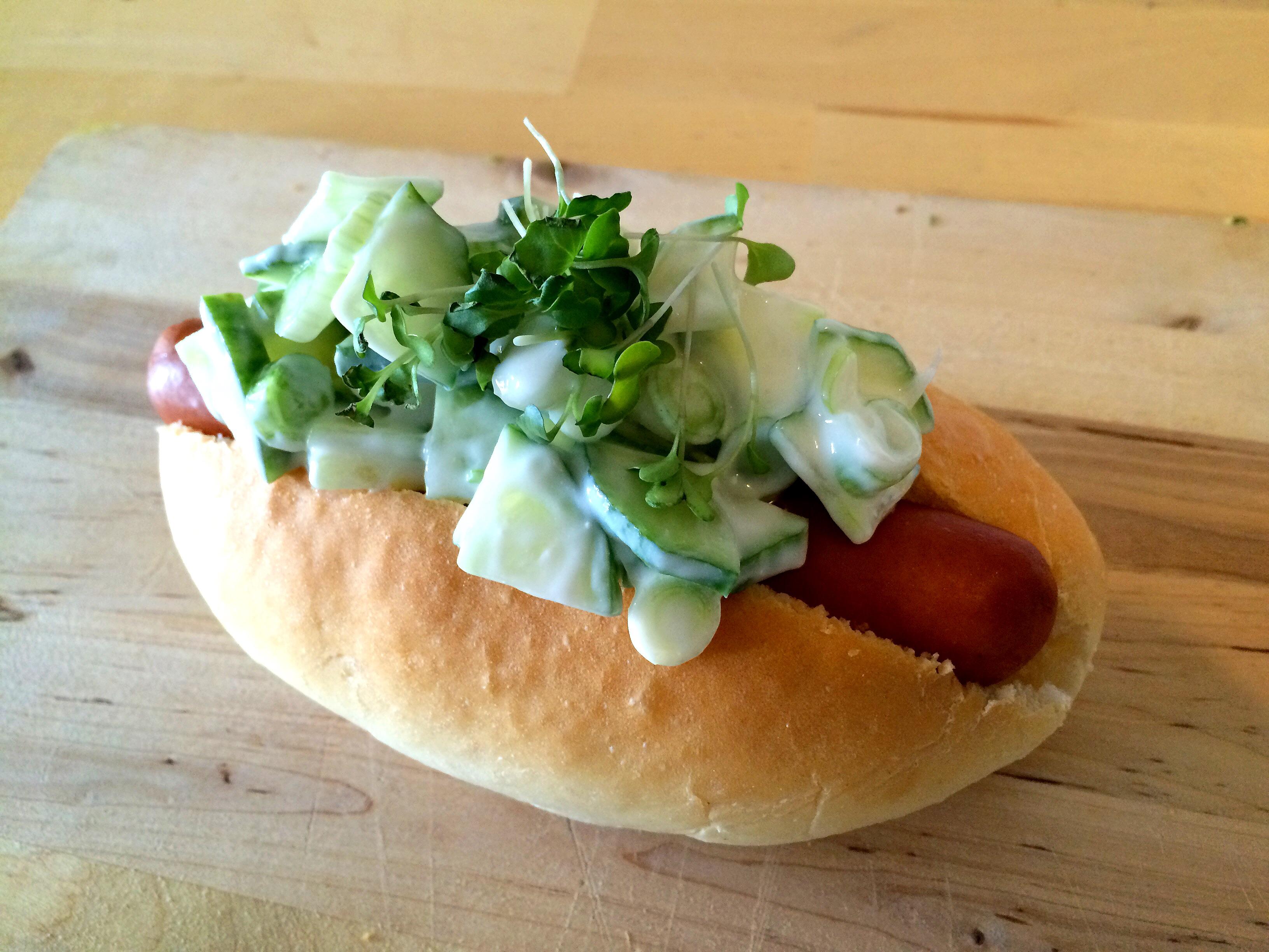 Hotdog met frisse komkommeryoghurt