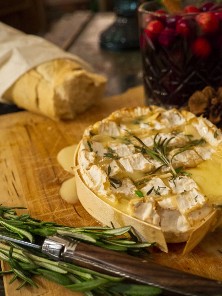 Mini kaasfondue: Camembert uit de oven met rozemarijn en knoflook