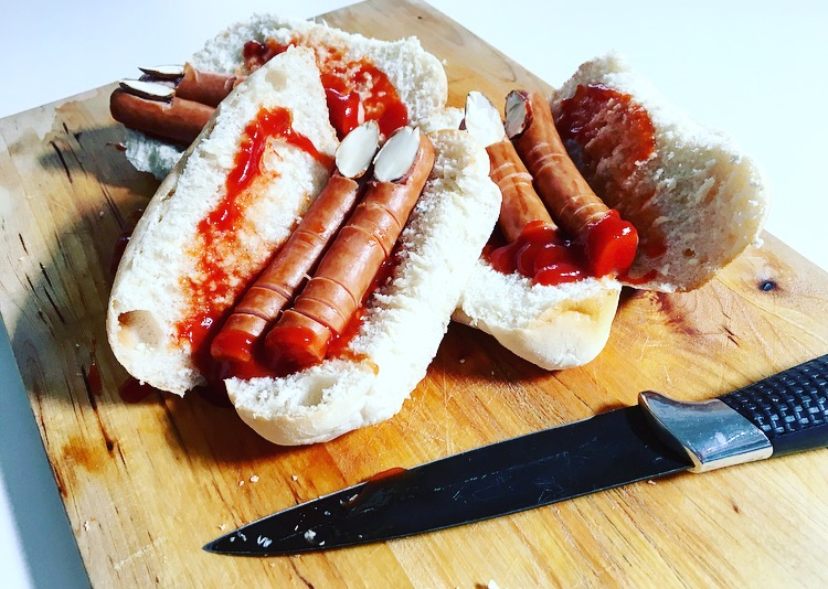 Broodje afgehakte vingers van knakworsten.