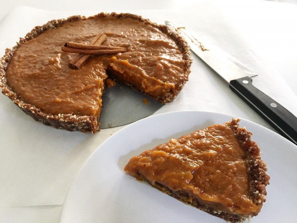 Pumpkin Pie met kokosmelk, dadels en amandelen