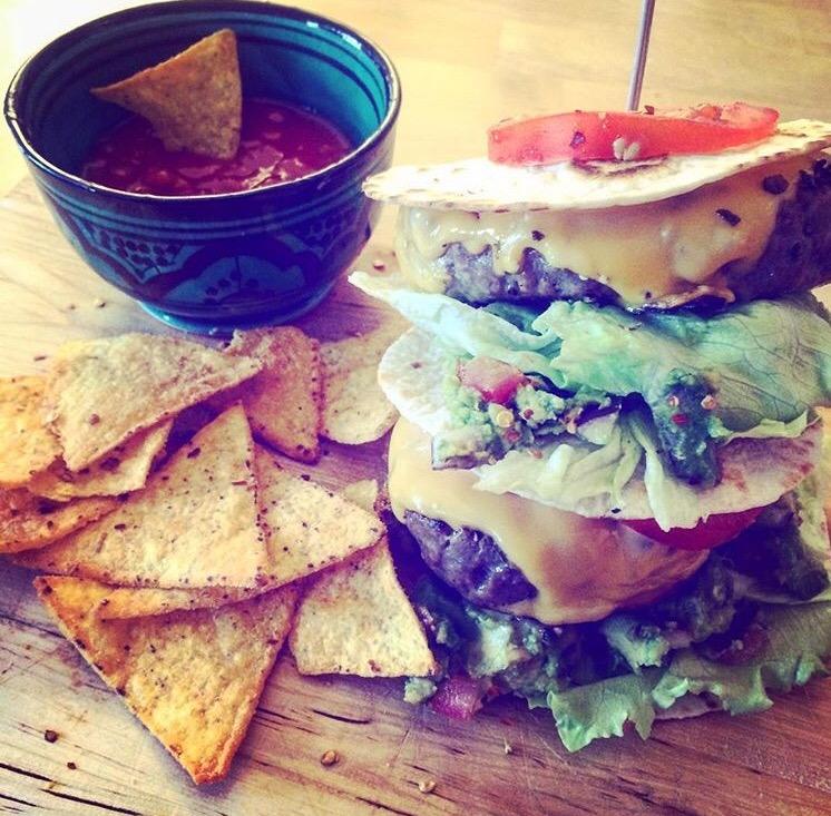 Pittige wrapburger met guacamole en cheddarkaas