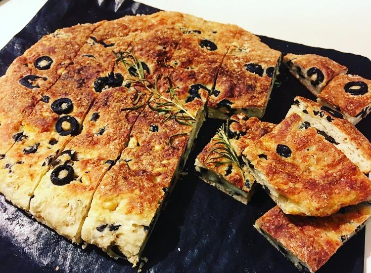 Olijvenbrood met Griekse yoghurt en Parmezaanse kaas
