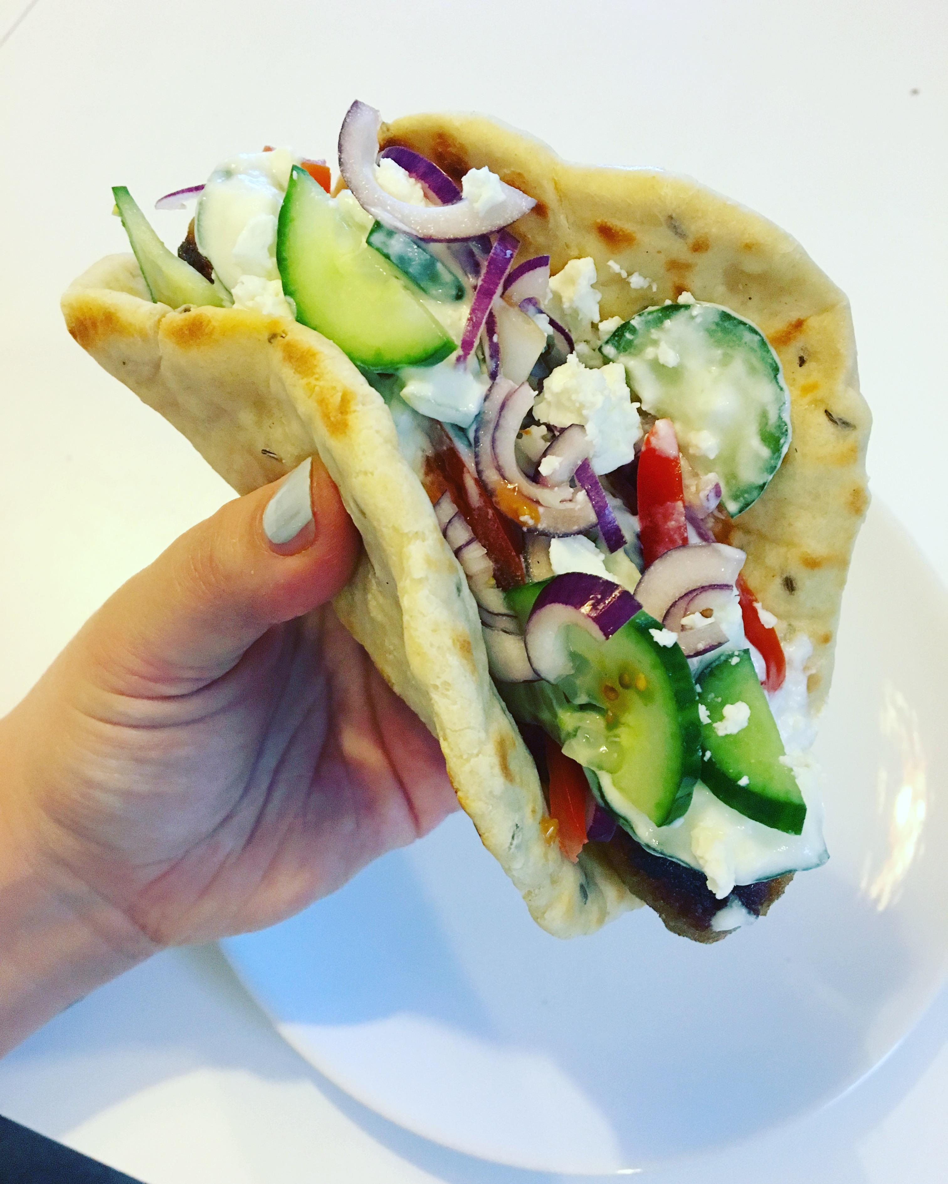 Grieks platbrood met kippengehakt en groente