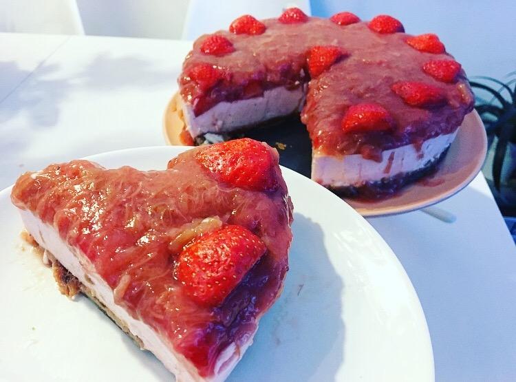 gezonde aardbei- rabarberkwarktaart