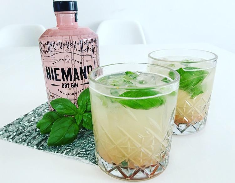 Cocktail met rabarber, basilicum en Niemand Dry Gin