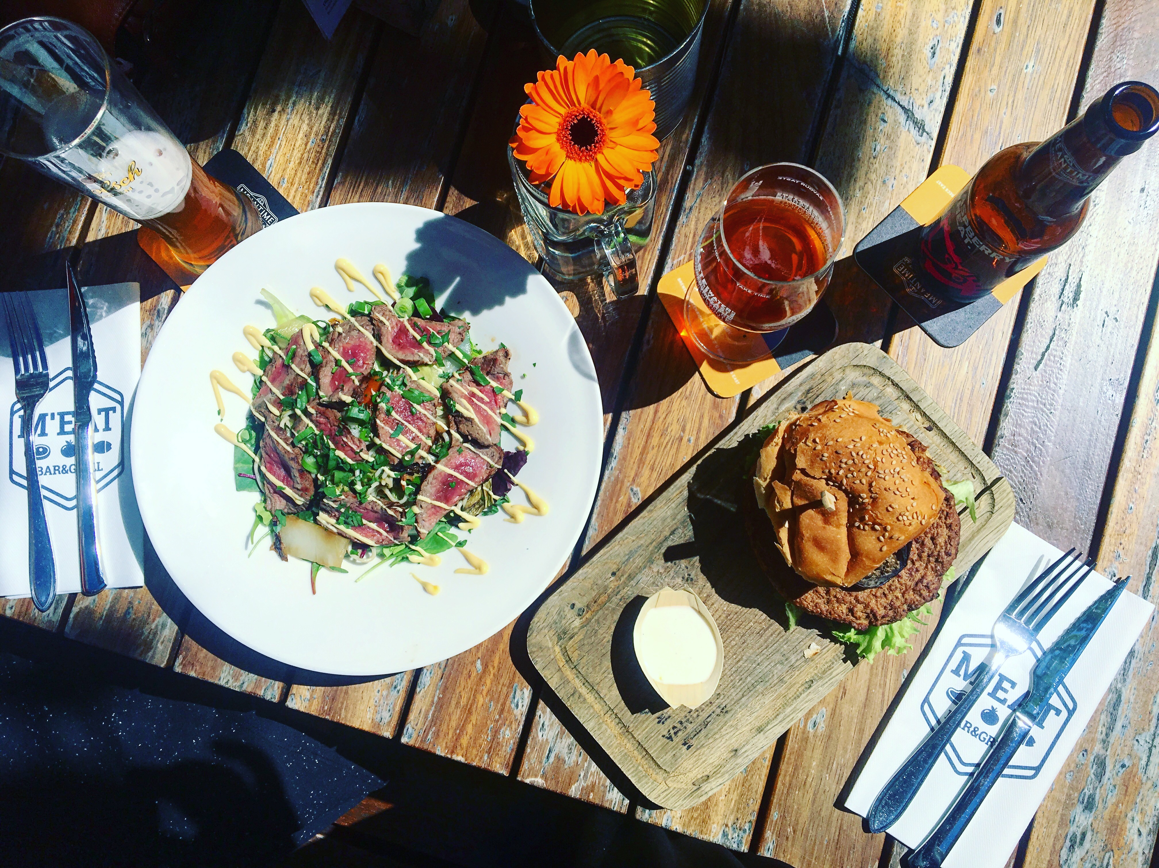 Beefsalade en bloemkool- macadamiaburger