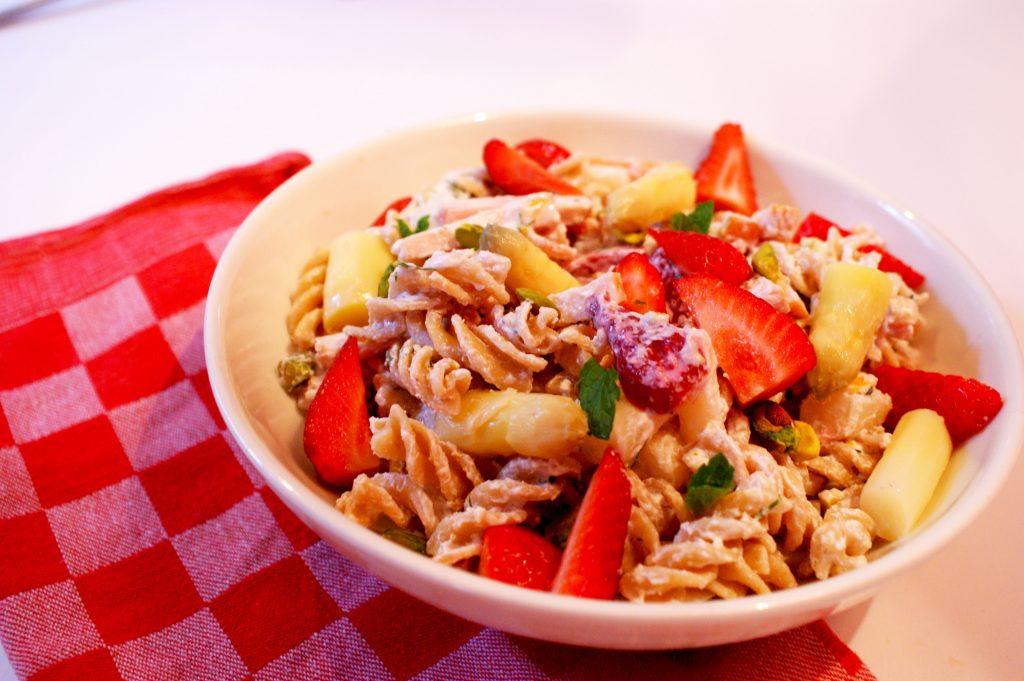 Ode aan m'n roomie Britt: pastasalade met aardbeien en asperges