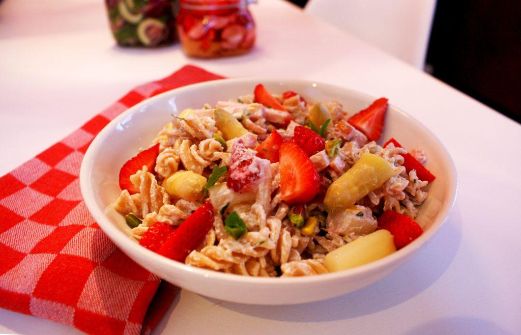 pastasalade met asperges en aardbeien