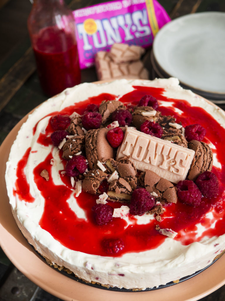 Tony's Chocolonely witte chocoladetaart met frambozen, macarons en biersaus