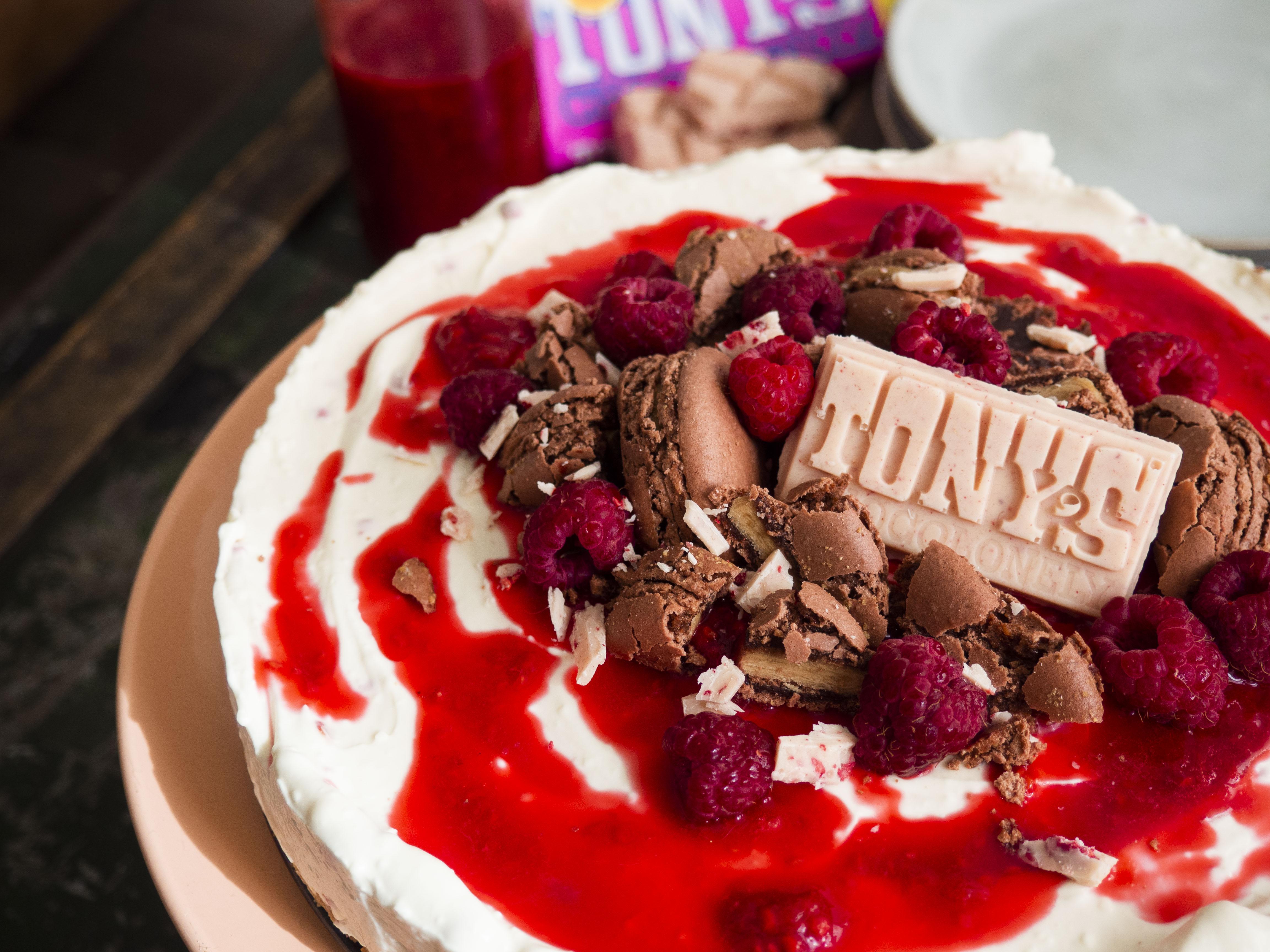 chocoladetaart met frambozen, macarons en biersaus
