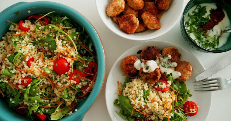 salade van parelcouscous met kipgehaktballetjes
