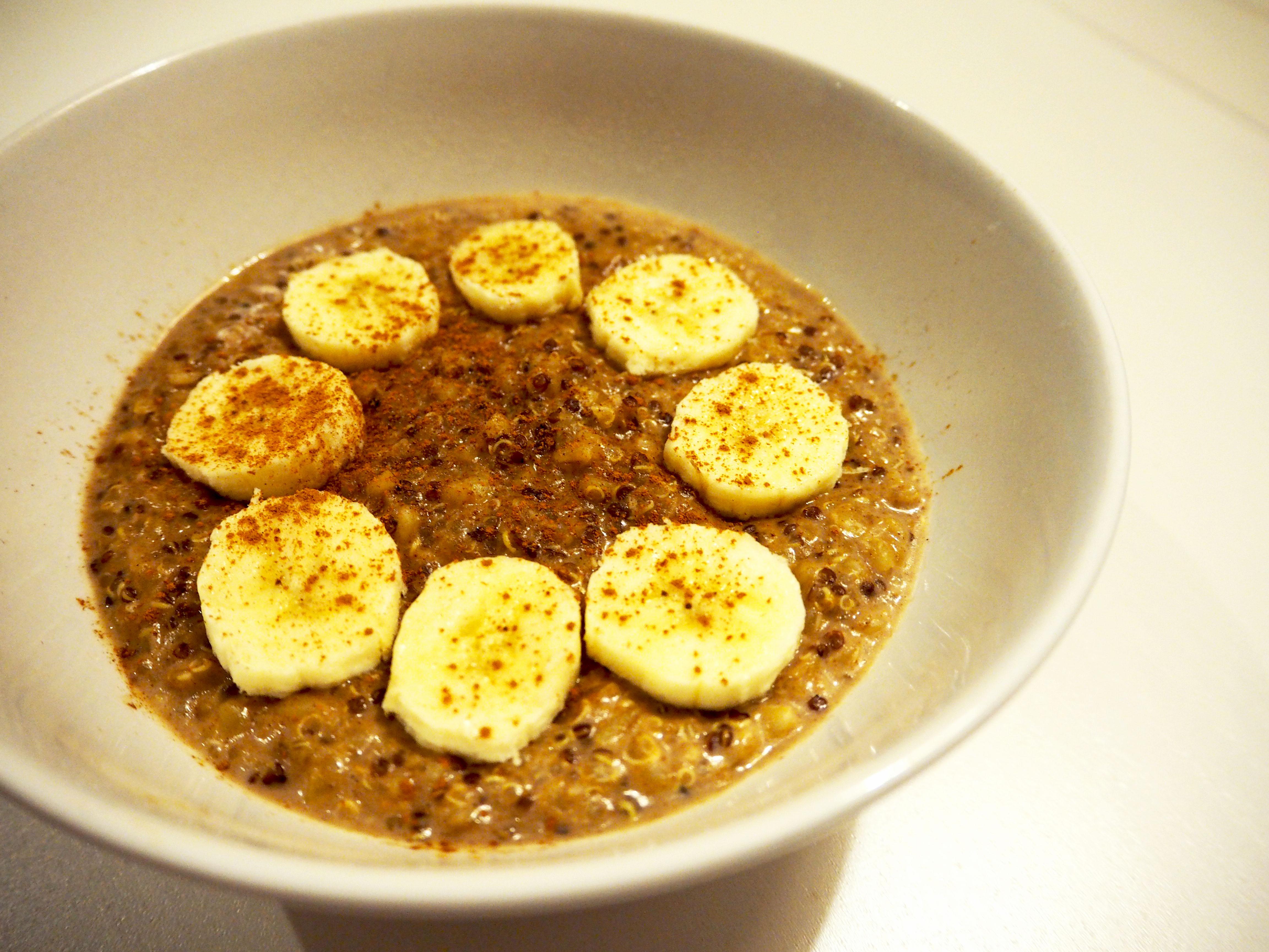 ONTBIJT: quinoa-bulgur mix met kaneel en banaan