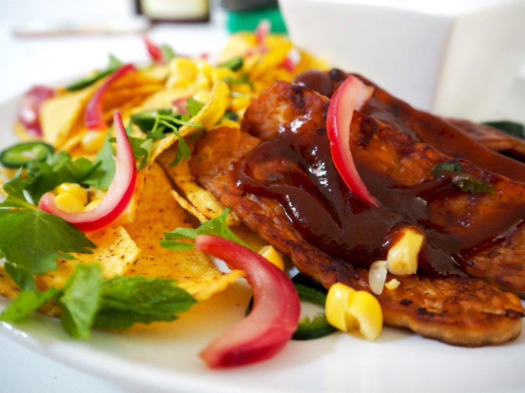 Meatless monday: Nacho's met gebakken tempeh en yoghurtsaus