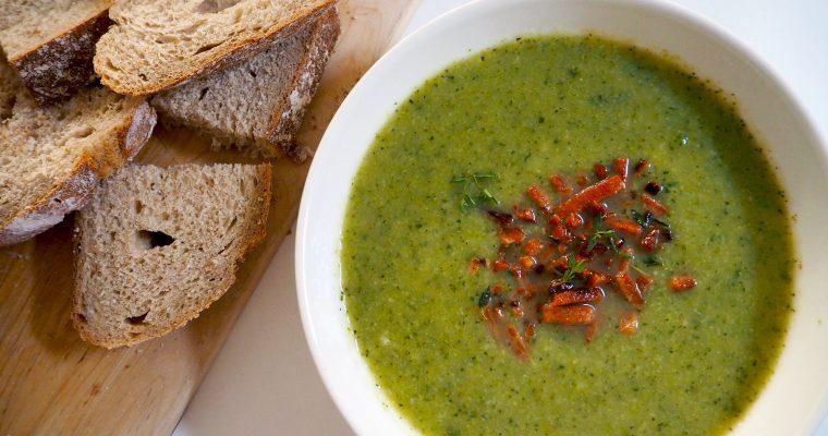 Vegetarische courgette- broccolisoep met speckjes