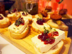 pinchos brie en cranberrysaus