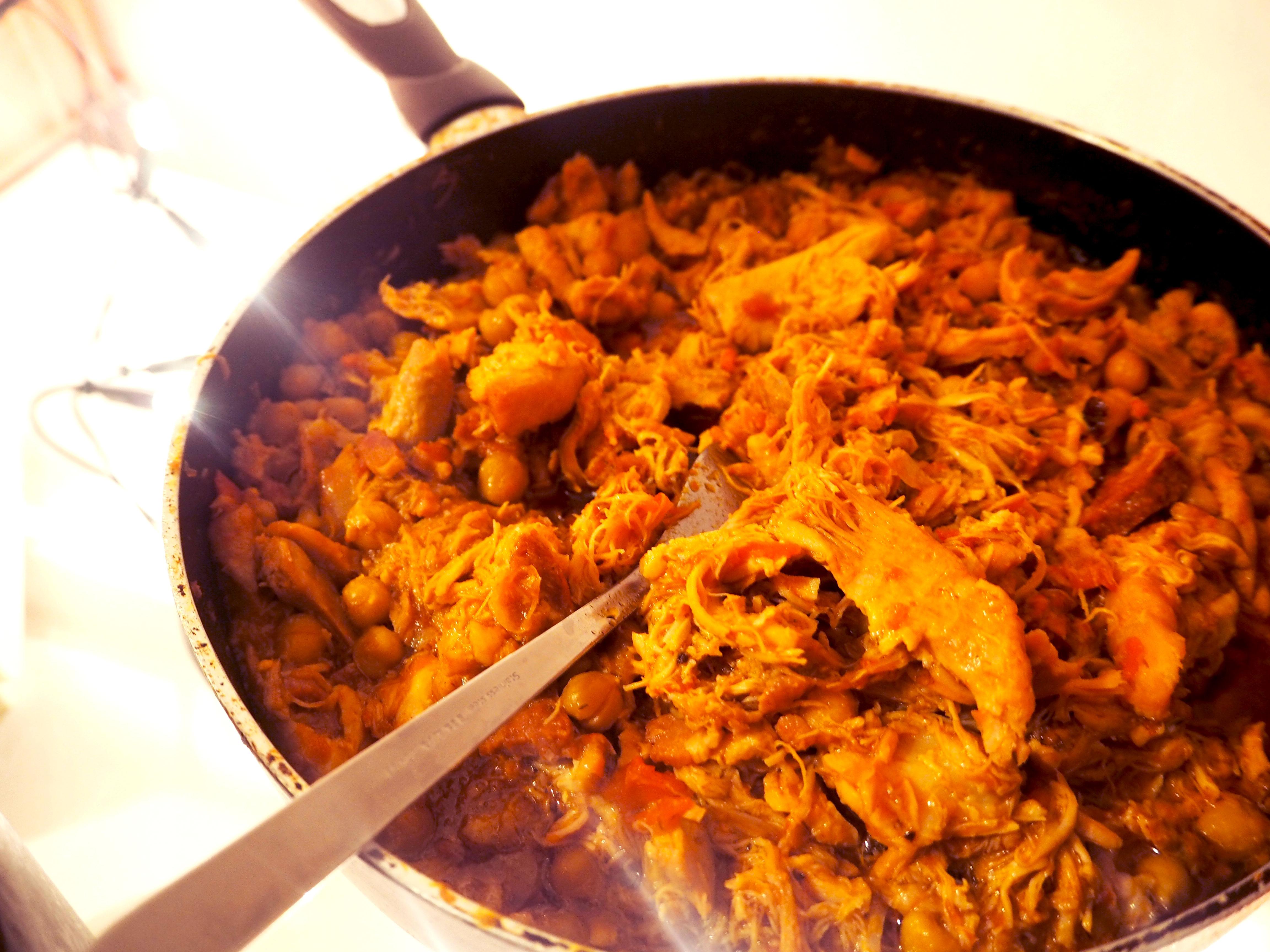 pulled chicken met kikkererwten en chorizo