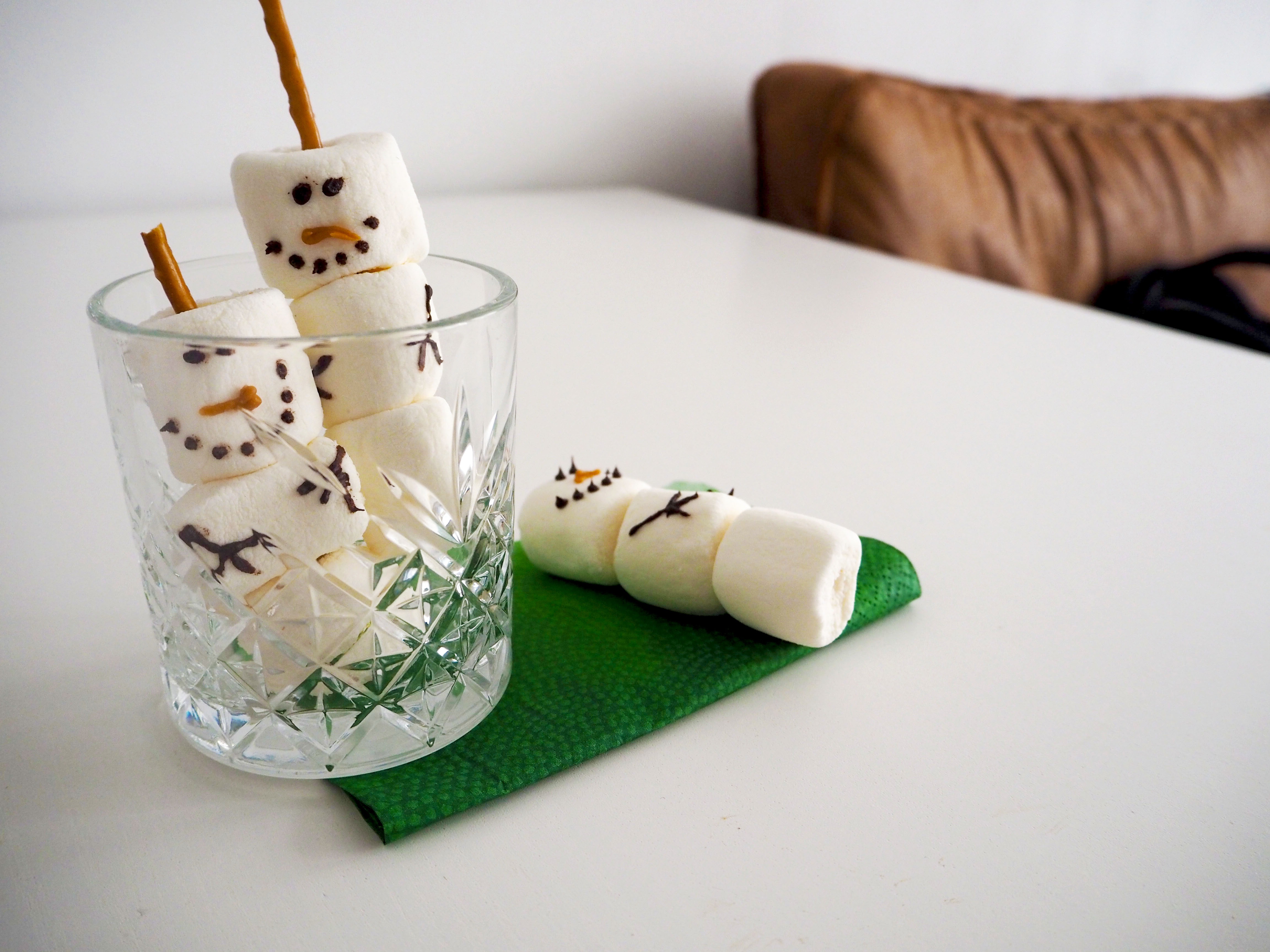 sneeuwpoppen van marshmallows en zoute sticks
