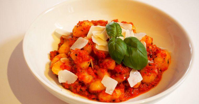 vegetarische gnocchi met geroosterde paprikasaus