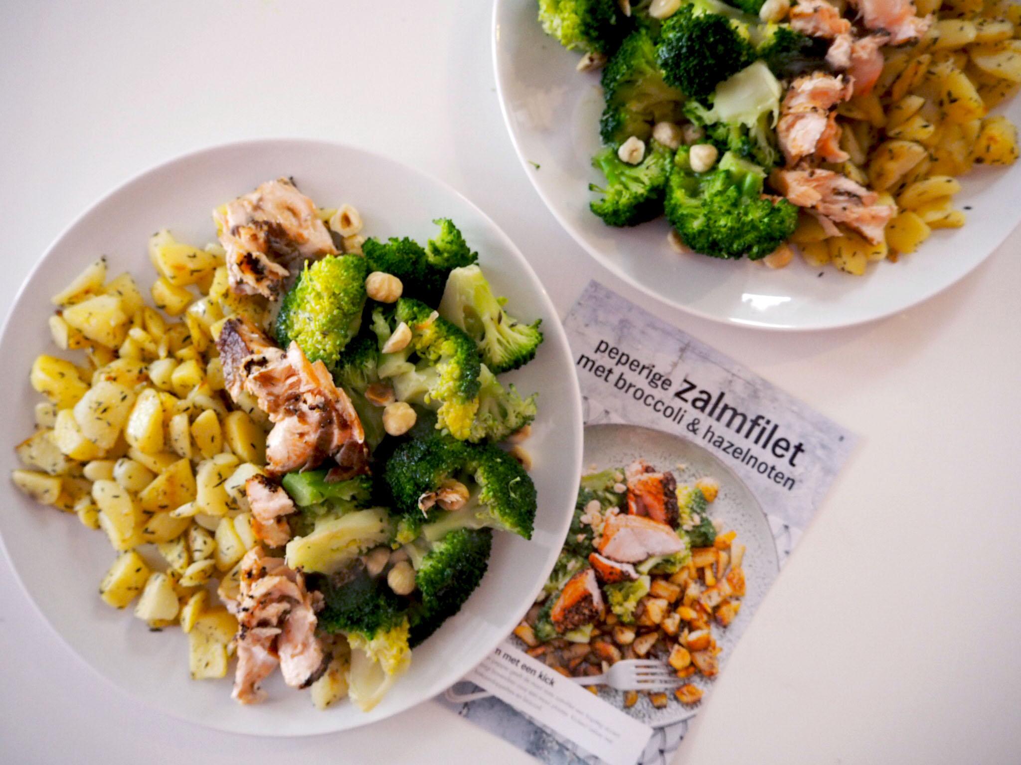 peperige zalmfilet met broccoli en hazelnoten