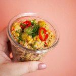 tonijnsalade met rode peper, augurk en limoen