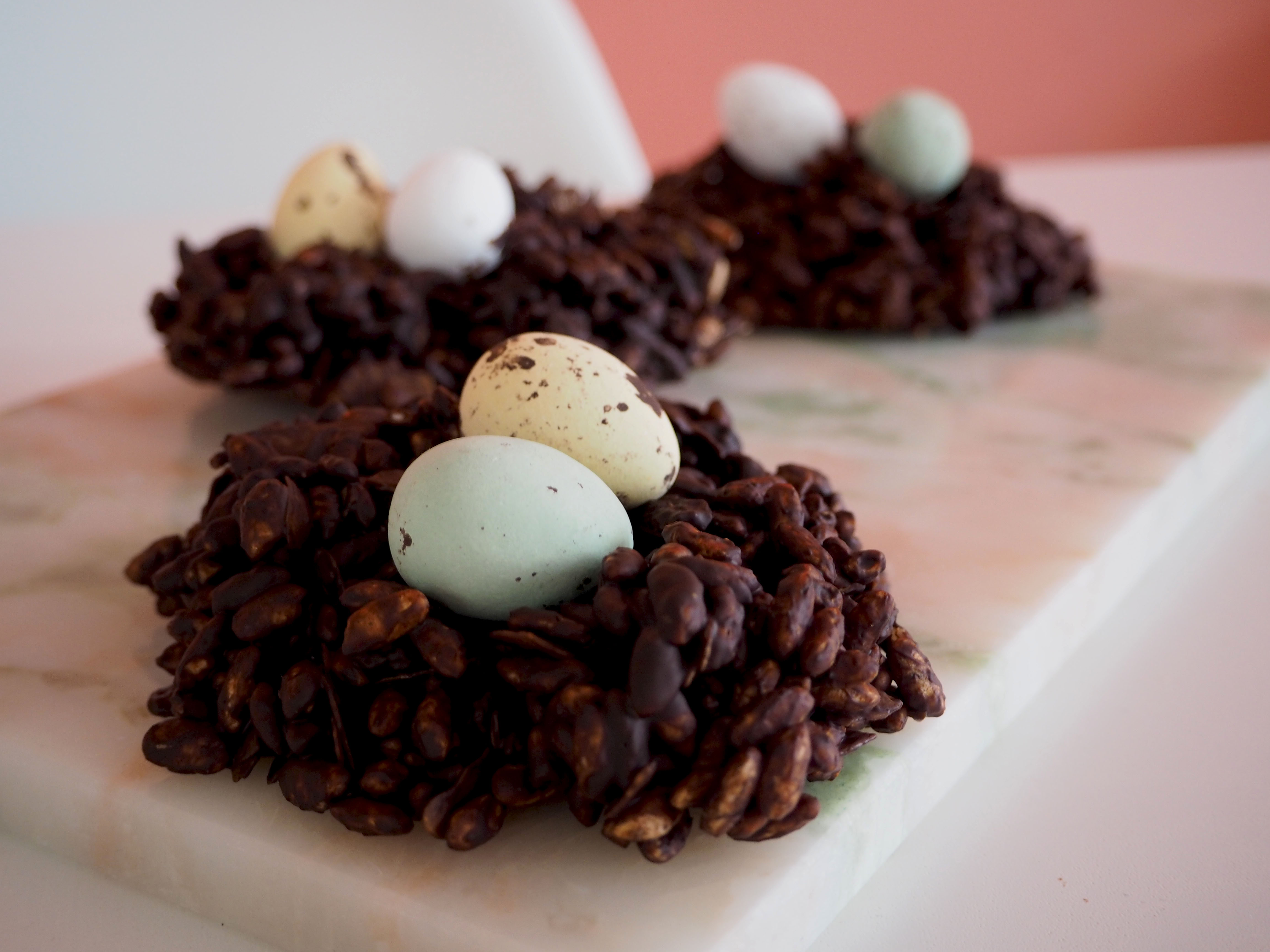 vogelnestjes van chocolade en gepofte rijst