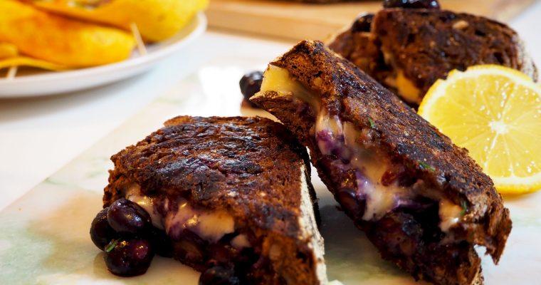 zoete tosti met cranberry zuurdesembrood, brie en blauwe bessen