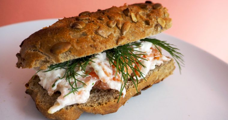 Broodje gerookte zalm- roomkaas spread