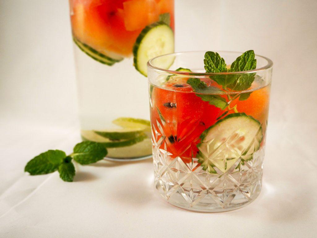 Detox water met komkommer en watermeloen