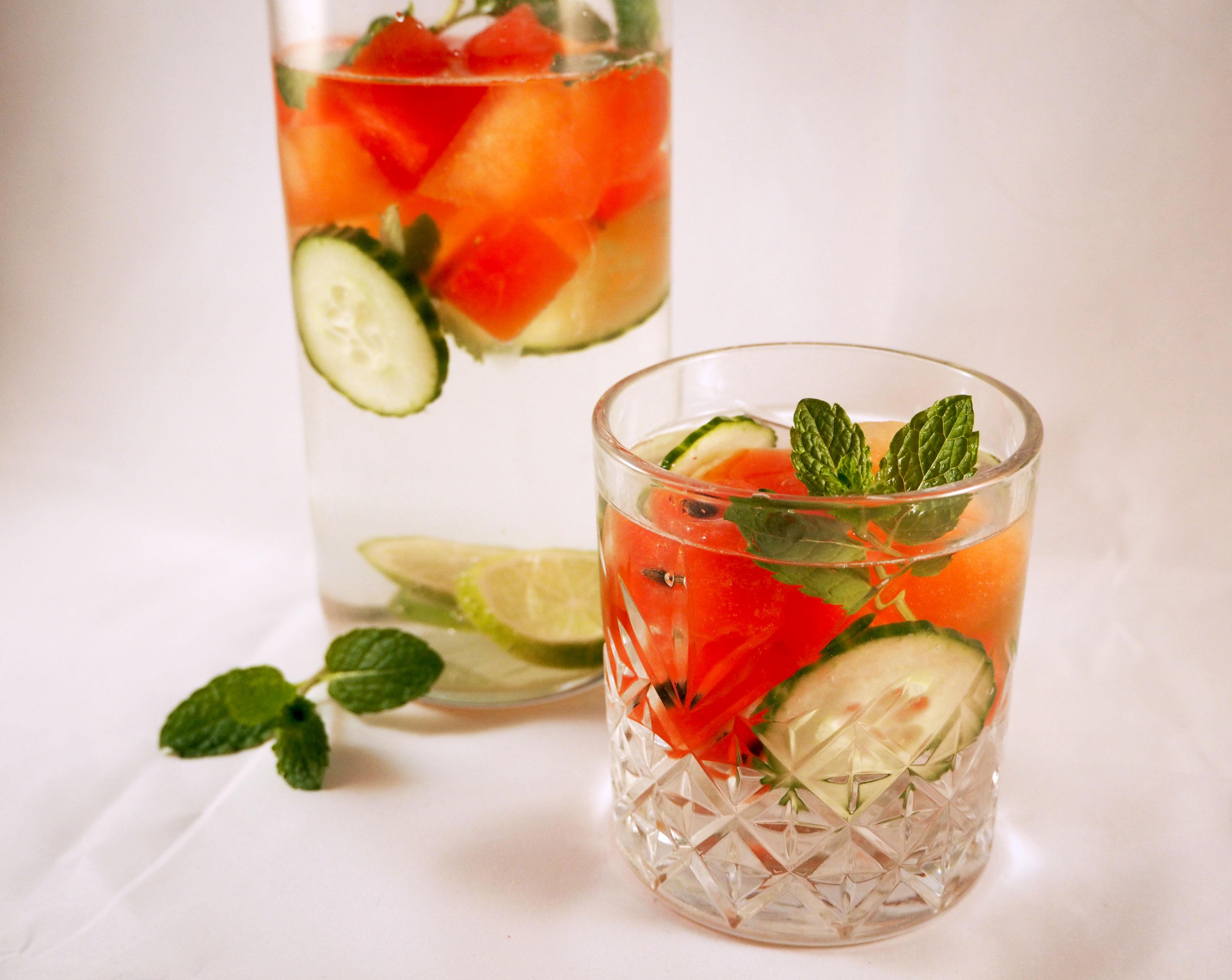 watermeloen met limoen en komkommer in water