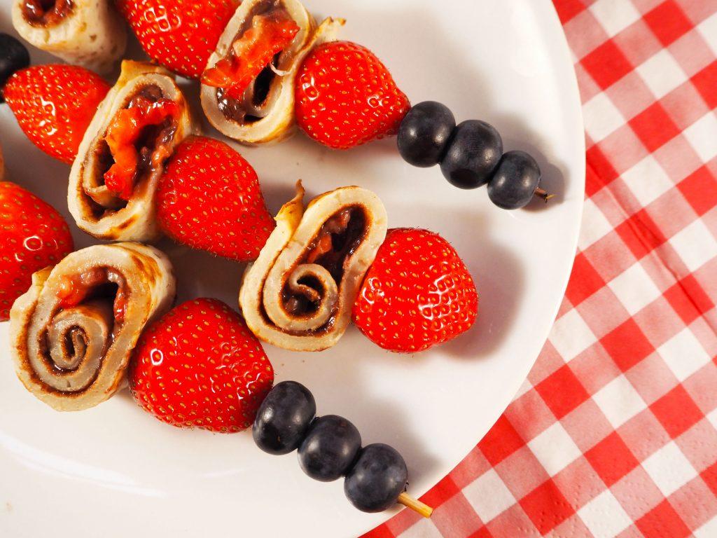 pannenkoek spiesjes met Nutella en aardbeien