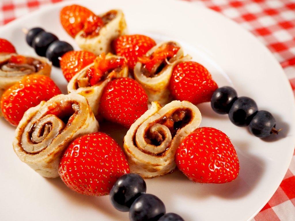 pannenkoek spiesjes met aardbei en nutella