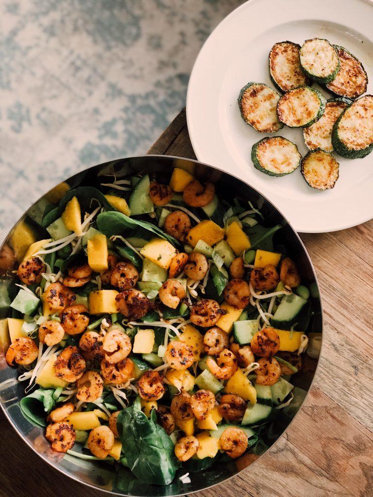Zomerse spinazie salade met garnalen en stukjes mango