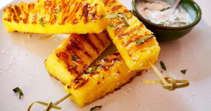BARBECUE TIP: gegrilde ananas met een munt- yoghurtsaus