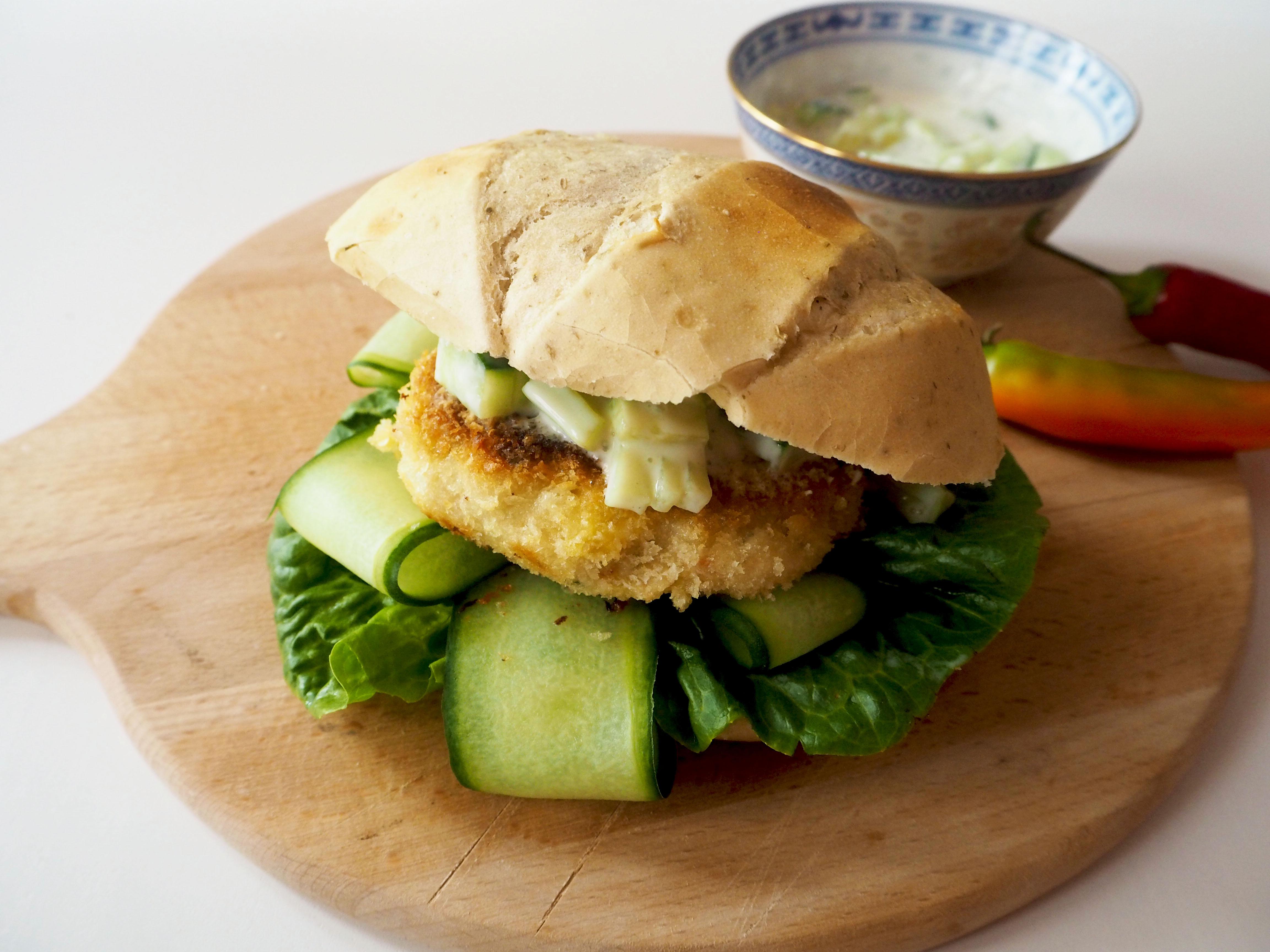 aziatische visburger met komkommer