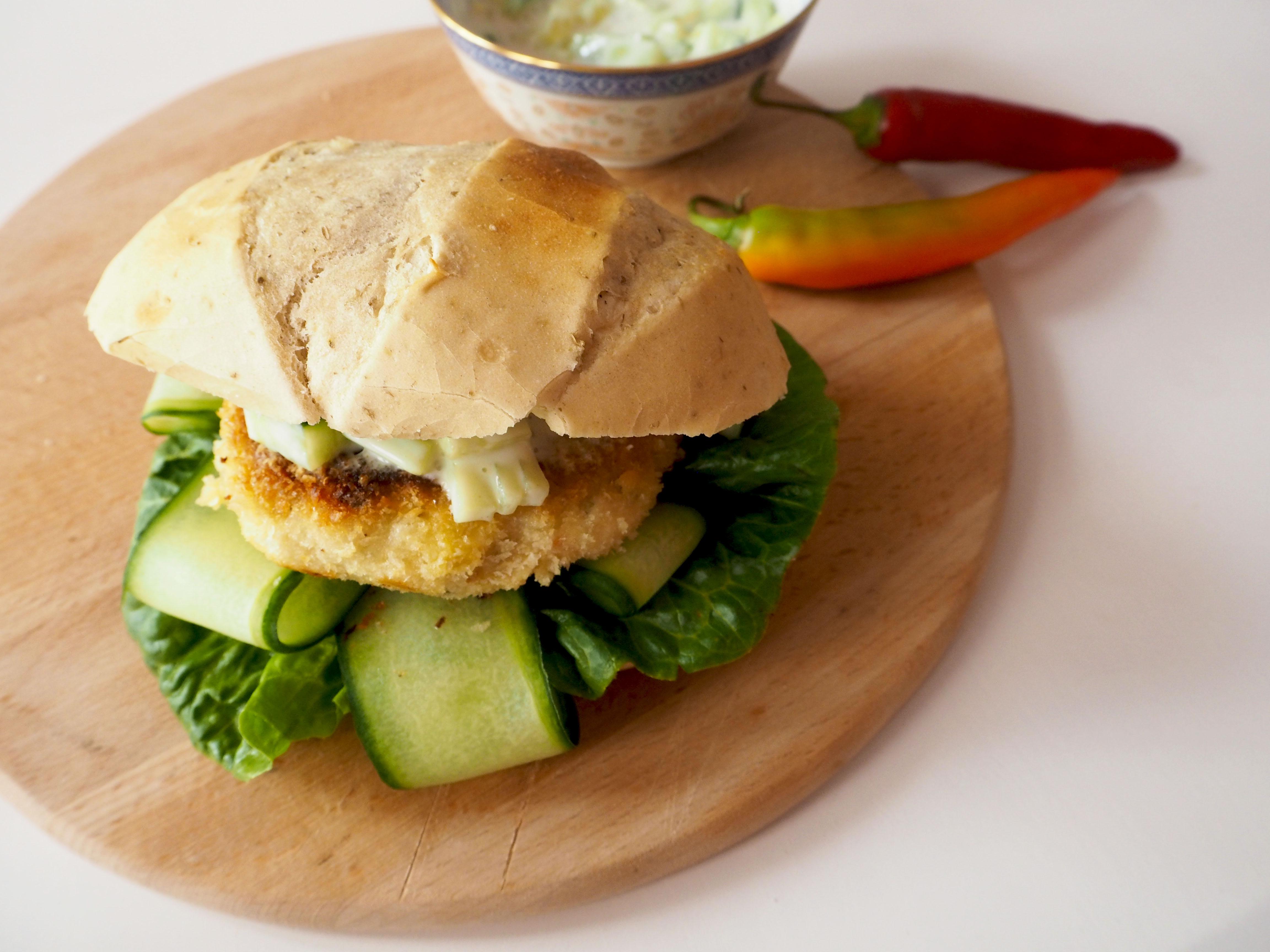Aiatische visburger met rode peper en komkommer