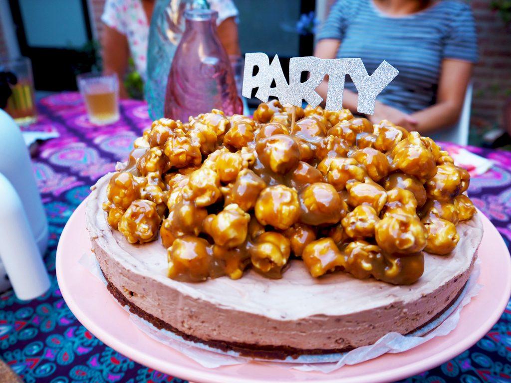 Karamel zoete popcorn verjaardagstaart