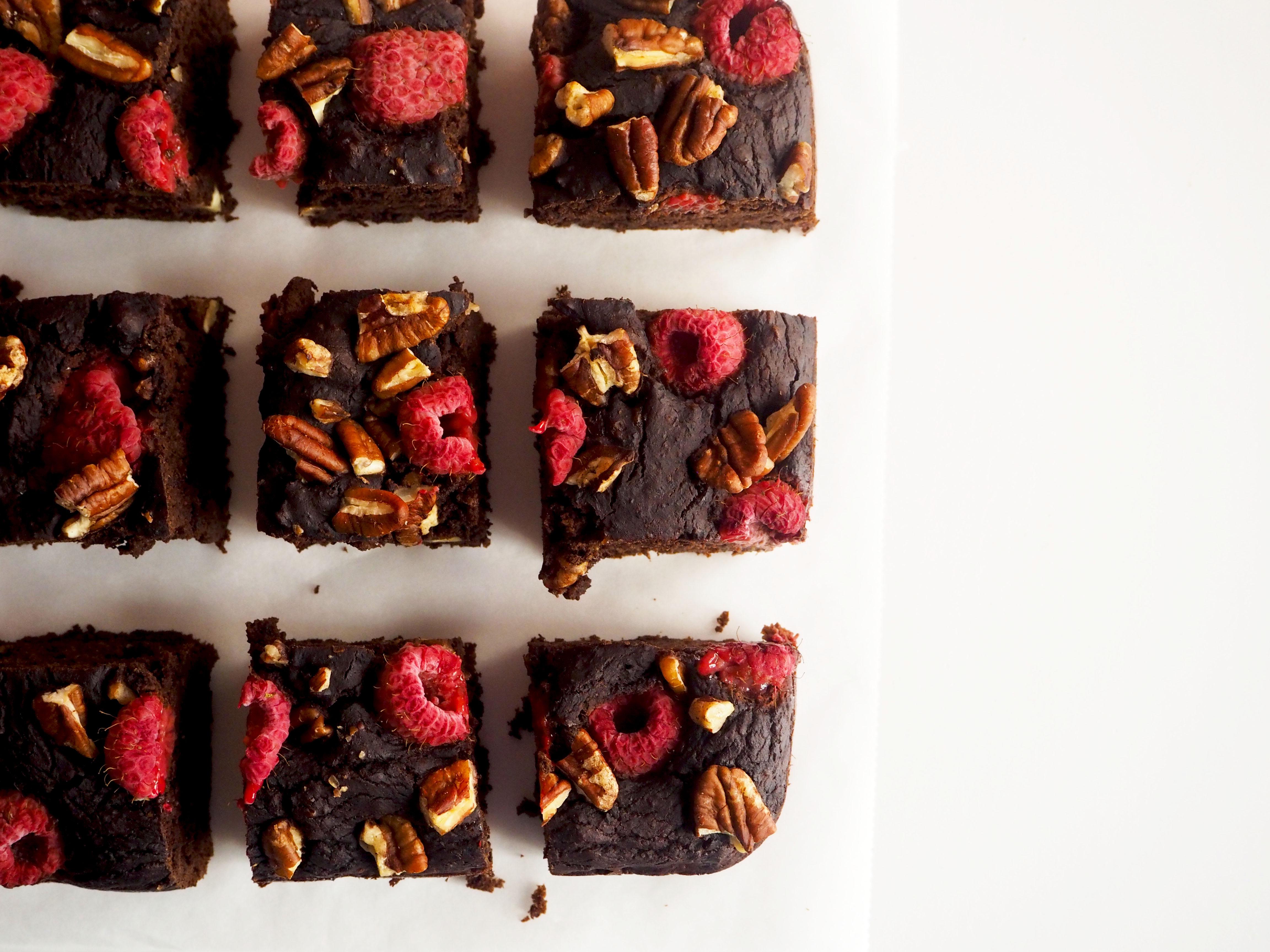 brownies met zwarte bonen, pecannoten en frambozen
