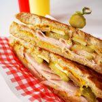 cubano sandwich met kalkoenfilet en gruyere