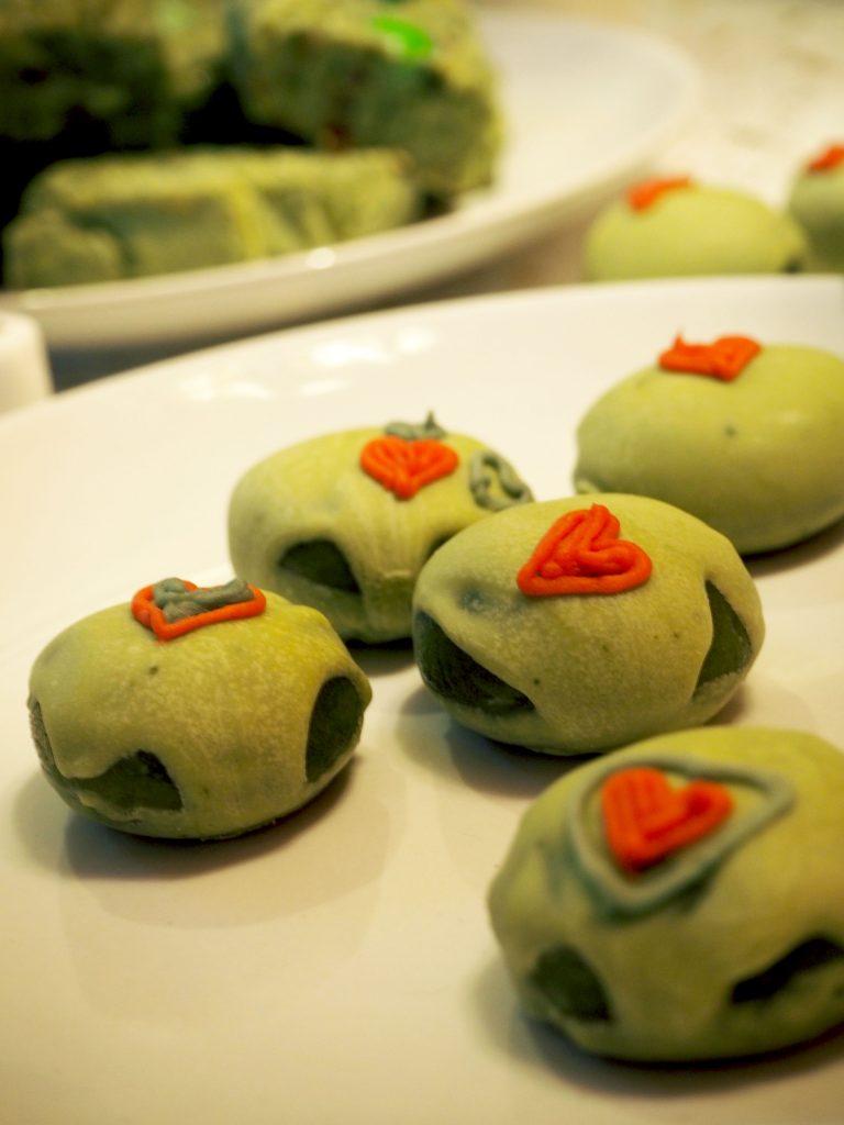 THE GRINCH RECEPT: matcha bonbons met zelfgemaakte marsepein