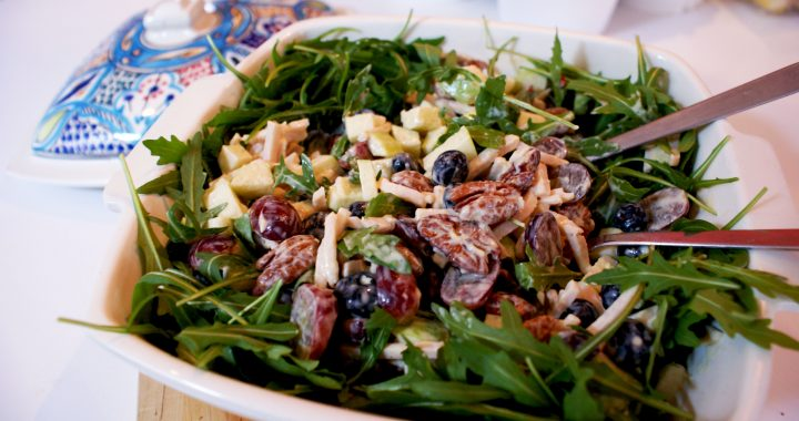 Frisse Kip Waldorf salade met blauwe bessen