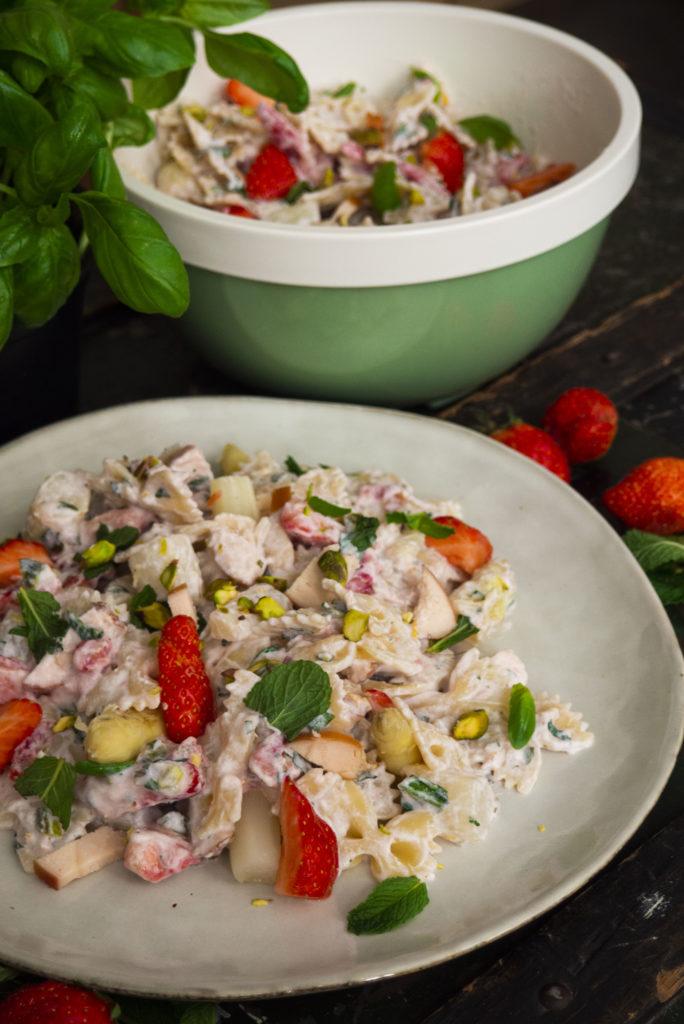 farfalle met asperges, aardbeien en gerookte kip
