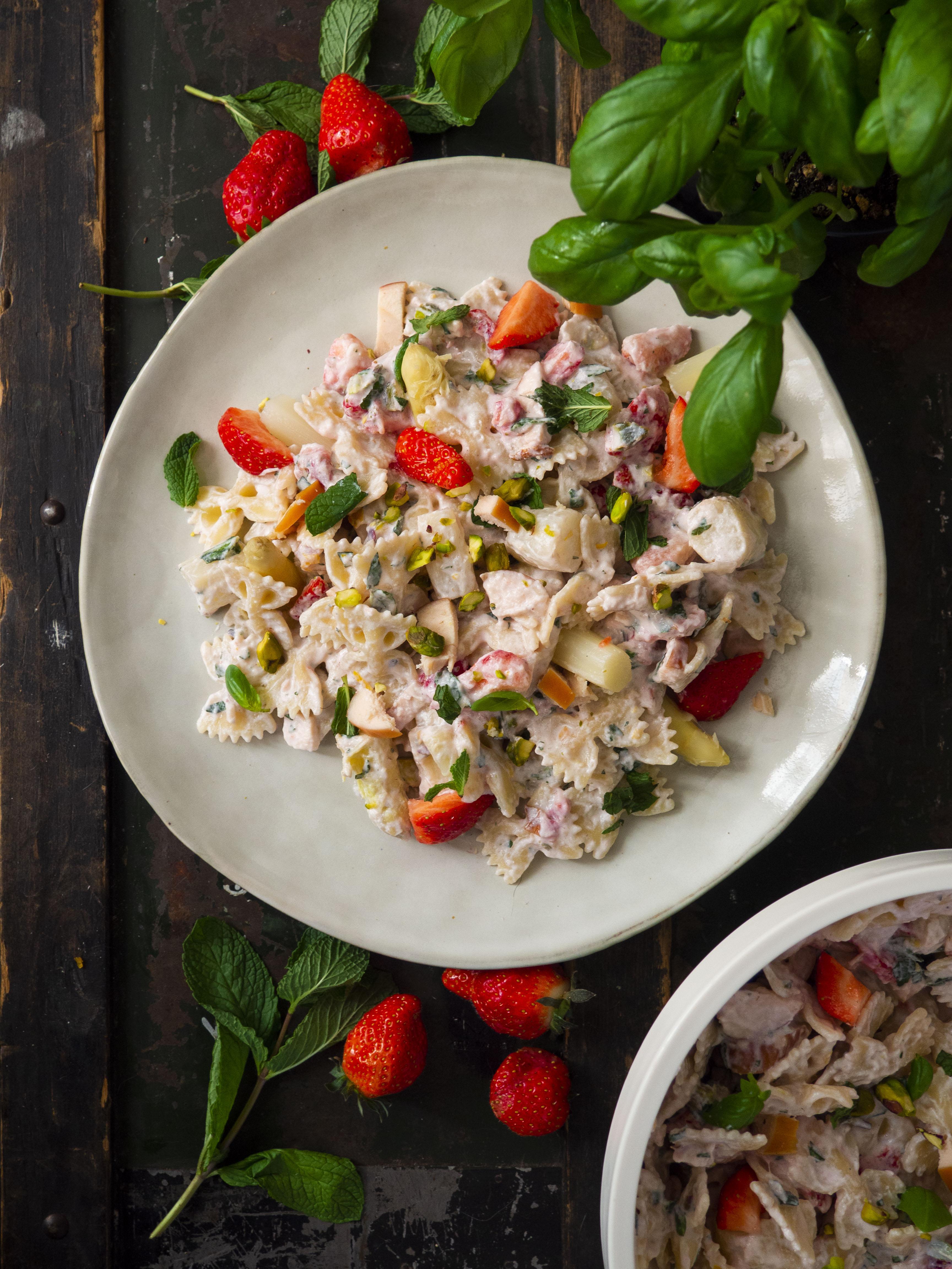 pastasalade met asperges, aardbeien en gerookte kip