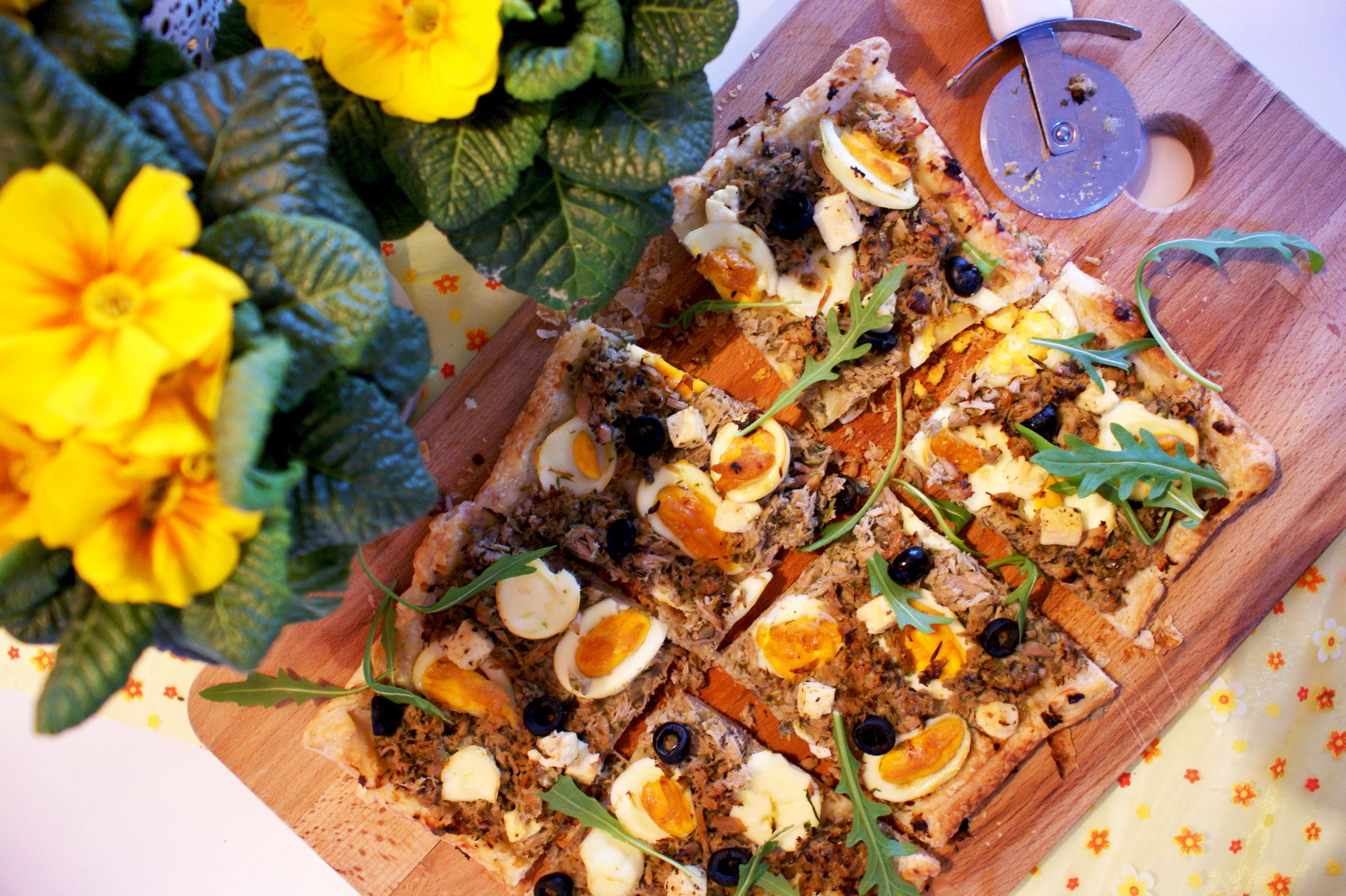 hartige plaat pizza met ei en tonijn