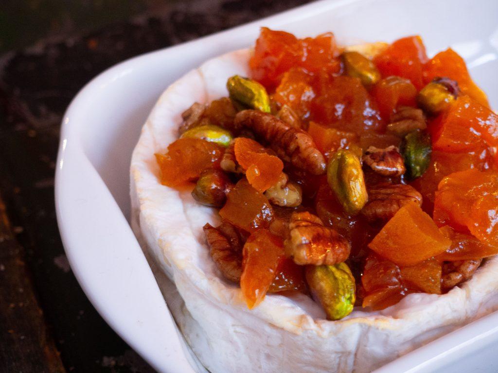 Camembert uit de oven met abrikozen, pistache en pecannoten