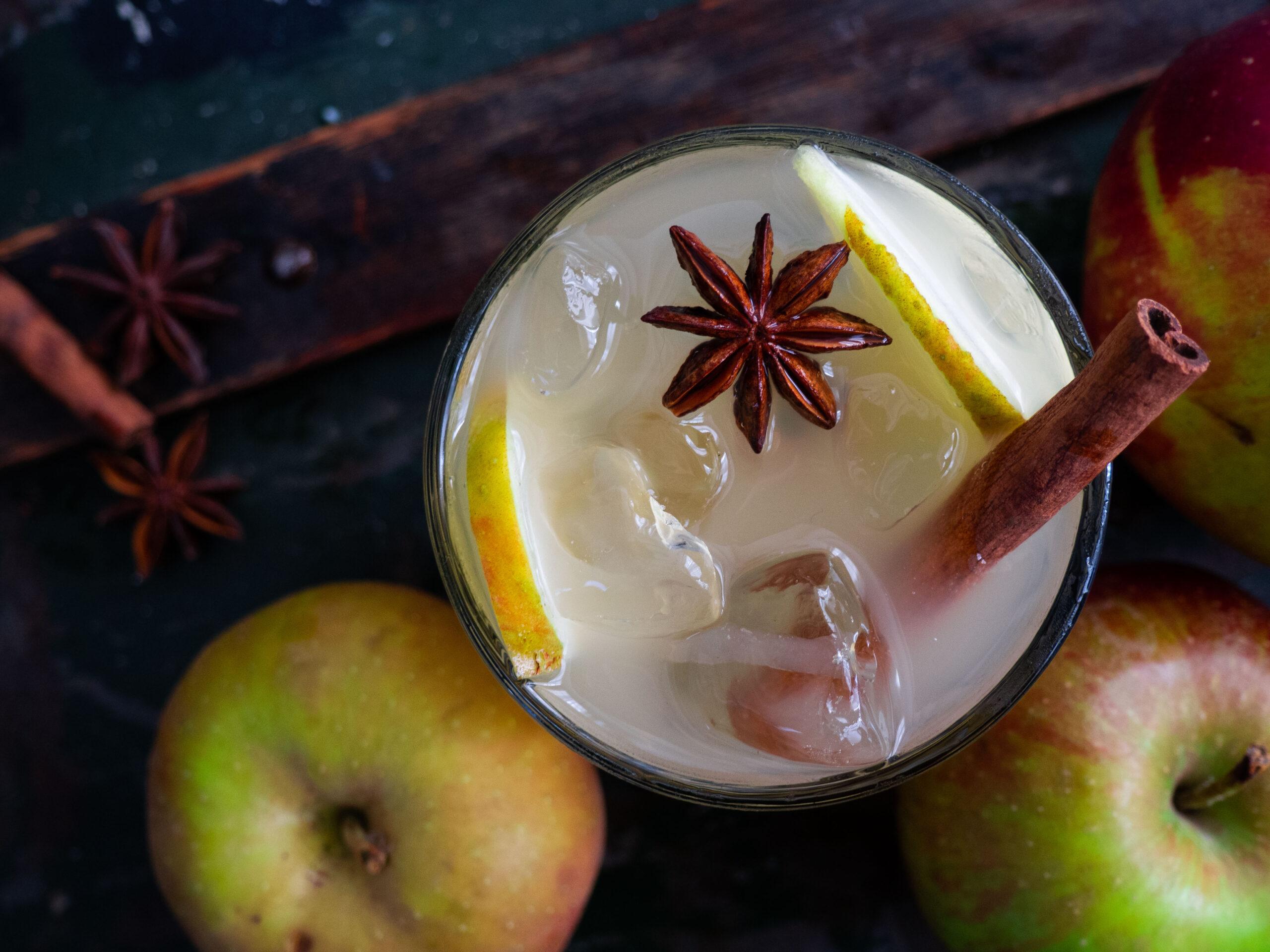 Kruidige winter mocktail met kombucha, appel en kaneel